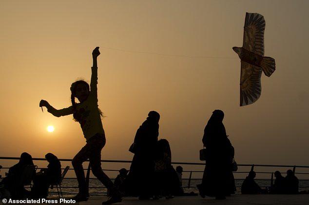 Ả Rập Saudi nới lỏng quy định ăn mặc để thu hút khách Tây - Ảnh 1.
