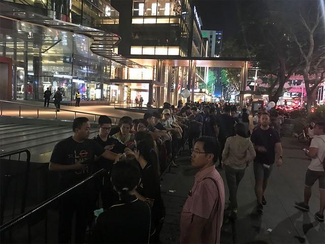 Nhiều người Việt trong dãy dài người mua iPhone X ở Singapore - Ảnh 1.