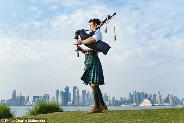 Chàng trai mặc váy, ôm kèn túi đi khắp thế gian gây sốt trên mạng - Ảnh 4.