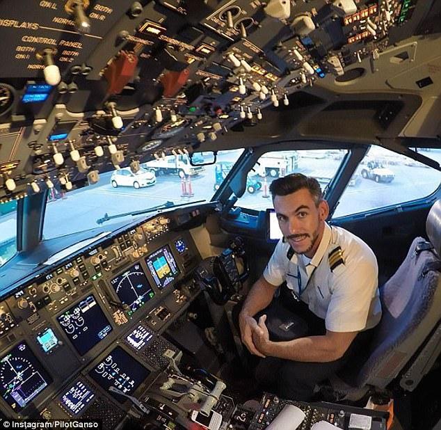 Chàng phi công bảnh trai chụp ảnh tự sướng ngoài buồng lái - Ảnh 1.