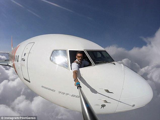 Chàng phi công bảnh trai chụp ảnh tự sướng ngoài buồng lái - Ảnh 2.