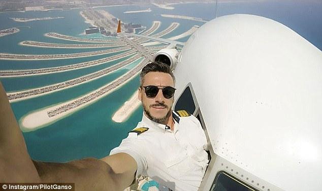 Chàng phi công bảnh trai chụp ảnh tự sướng ngoài buồng lái - Ảnh 3.