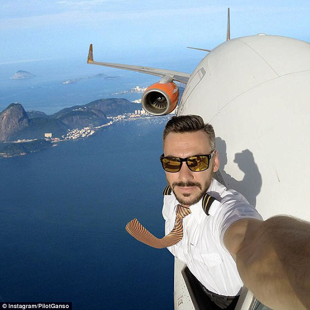 Chàng phi công bảnh trai chụp ảnh tự sướng ngoài buồng lái - Ảnh 4.