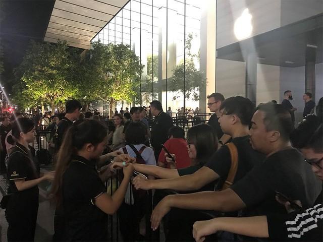 Nhiều người Việt trong dãy dài người mua iPhone X ở Singapore - Ảnh 3.