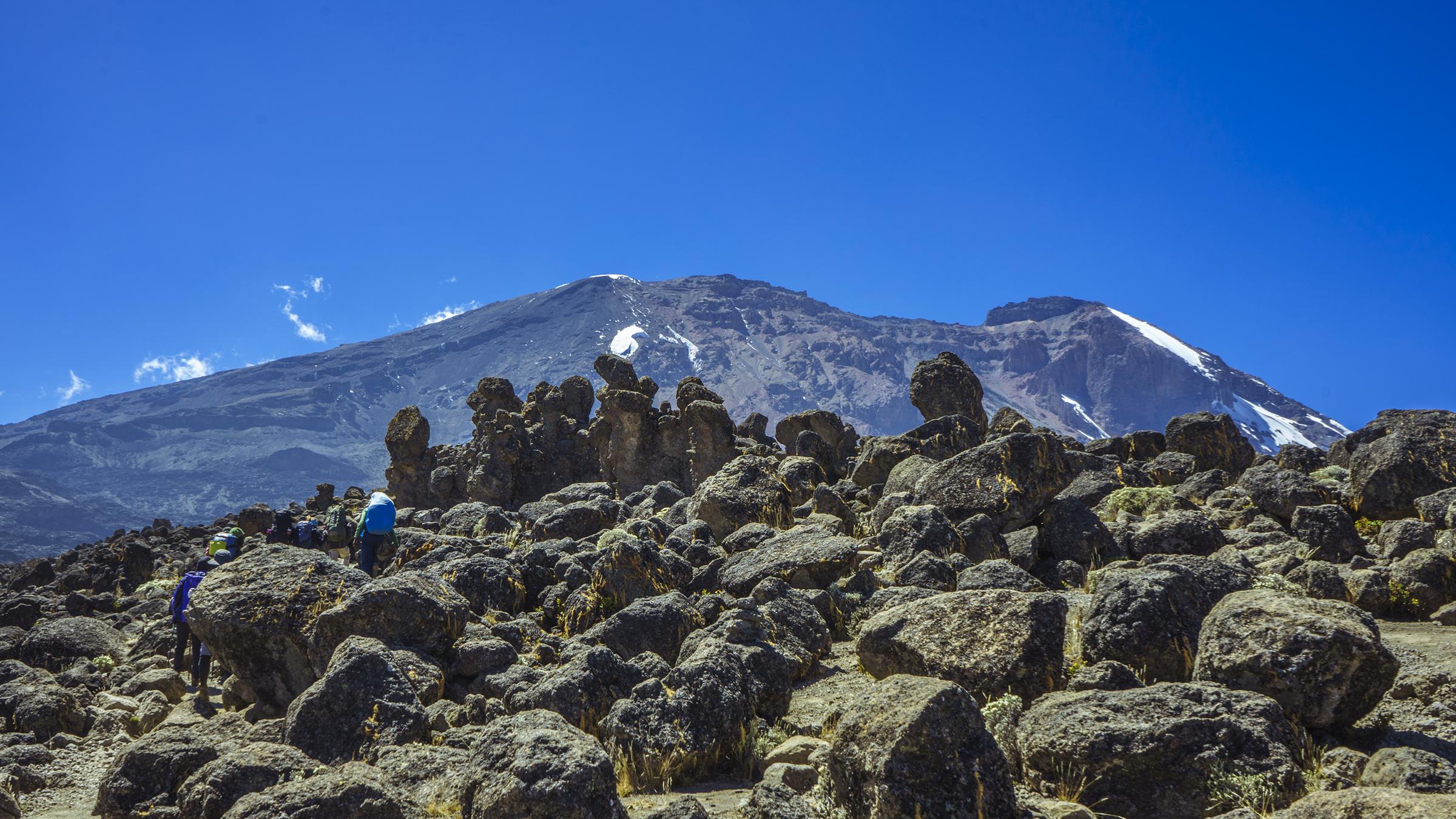 Kilimanjaro: Hết ngày dài lại đêm thâu, chúng ta đi leo núi Phi châu - Ảnh 7.