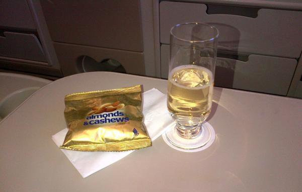 Singapore Airlines định bỏ phục vụ đậu phộng trên máy bay - Ảnh 1.