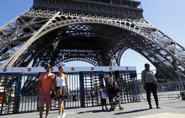 Pháp khoác áo chống đạn cho tháp Eiffel - Ảnh 2.