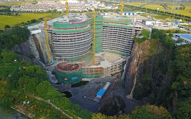 Khách sạn khổng lồ xây dưới mỏ khai thác đá bỏ hoang - Ảnh 1.