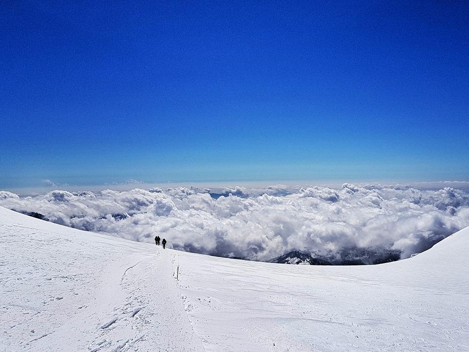 Hoàng Lê Giang phất cờ Tổ quốc tung bay trên đỉnh núi cao nhất châu Âu - Ảnh 16.