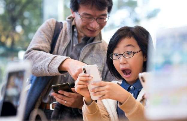 Bé trai 10 tuổi mở được iPhone X của mẹ bằng Face ID - Ảnh 2.