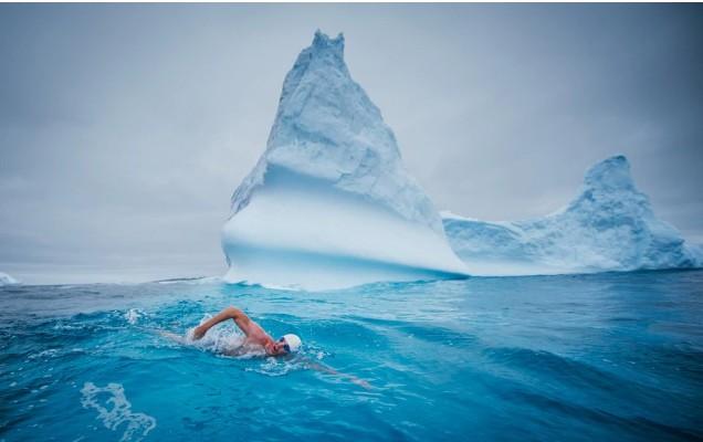 Người đàn ông cởi trần bất chấp giá lạnh bơi ở Nam Cực - Ảnh 1.