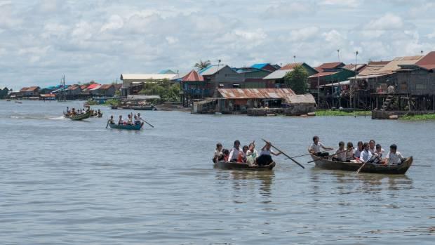 Nhịp sống bên mặt hồ lớn nhất Đông Nam Á - Ảnh 1.