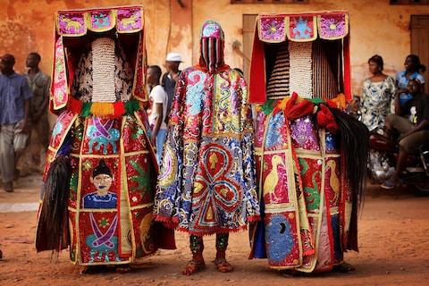 Những trang phục truyền thống đặc sắc và kỳ lạ khắp thế giới - Ảnh 2.