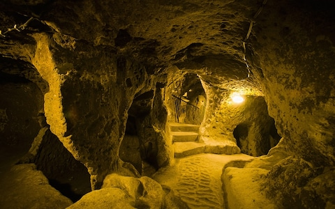 Thám hiểm thành phố cổ dưới lòng đất từng là nơi ẩn náu của 20.000 người  - Ảnh 1.
