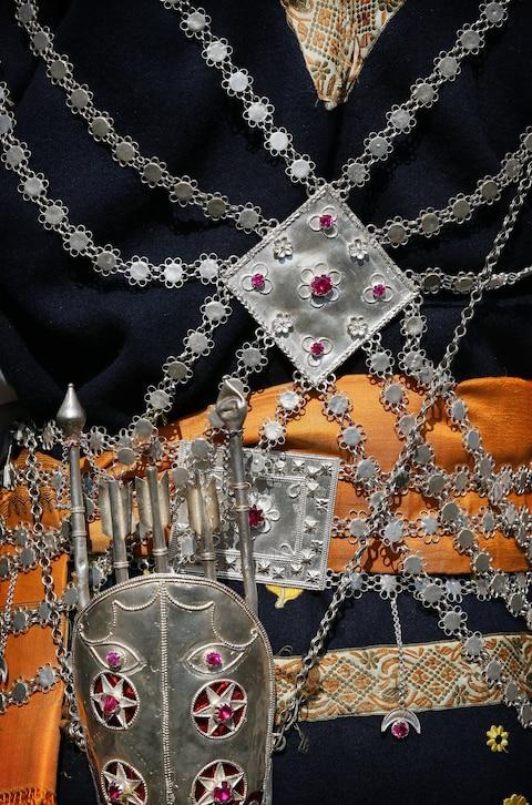 Những trang phục truyền thống đặc sắc và kỳ lạ khắp thế giới - Ảnh 11.