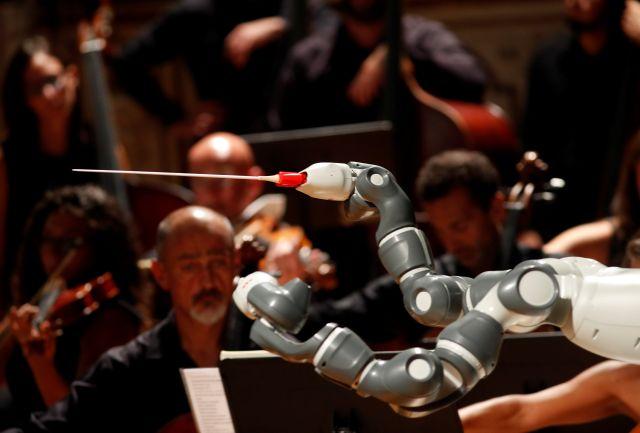 Robot chỉ huy cả một dàn nhạc người - Ảnh 2.