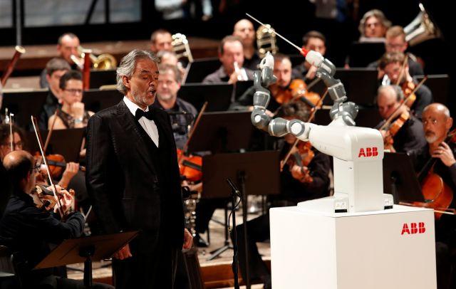 Robot chỉ huy cả một dàn nhạc người - Ảnh 1.