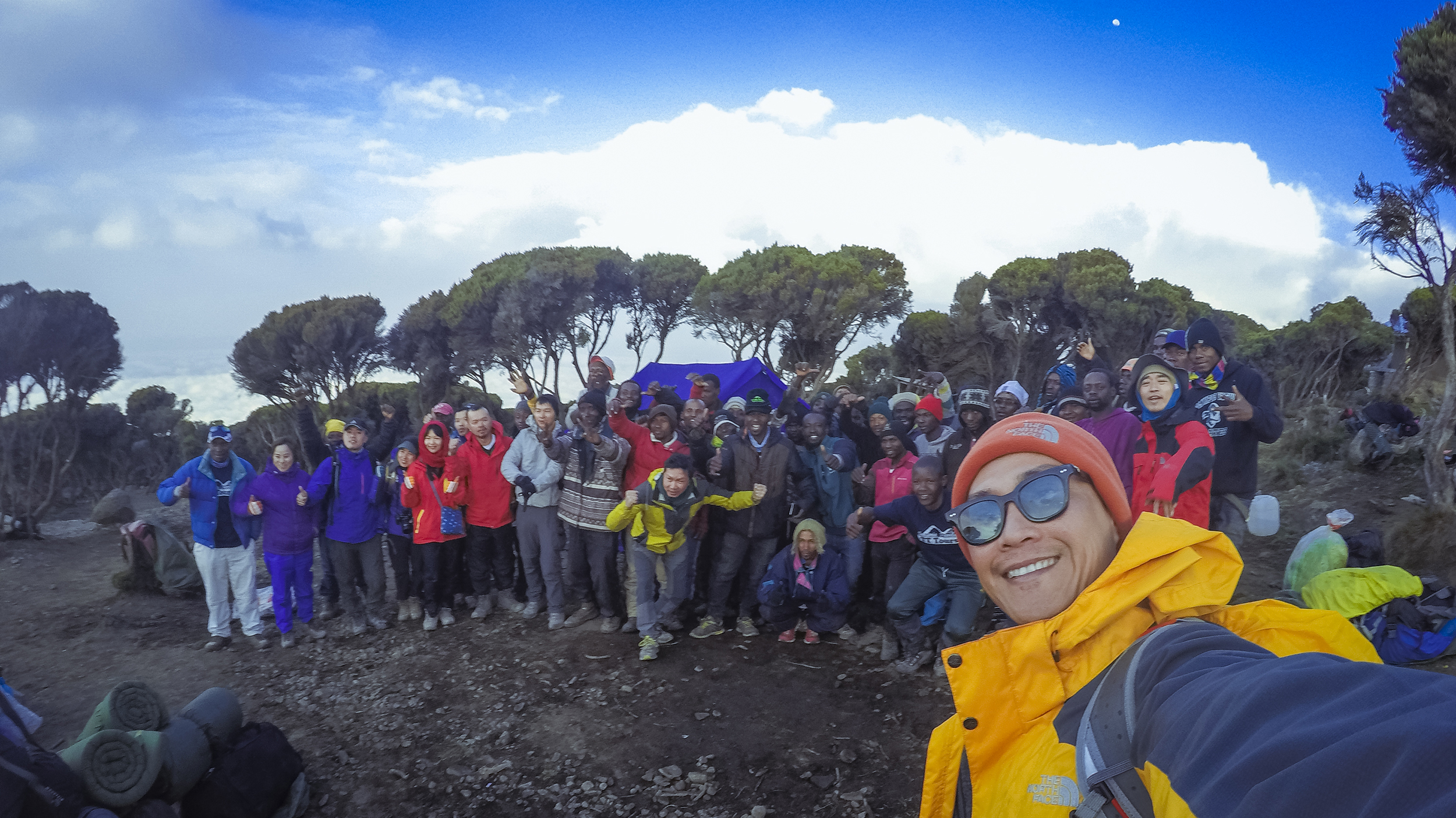 Kilimanjaro: Hết ngày dài lại đêm thâu, chúng ta đi leo núi Phi châu - Ảnh 2.