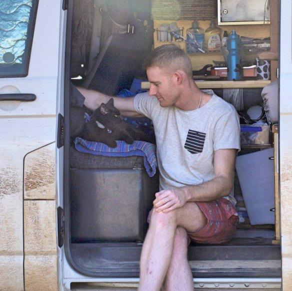 Chàng trai nghỉ việc đi du lịch cùng mèo cưng - Ảnh 3.
