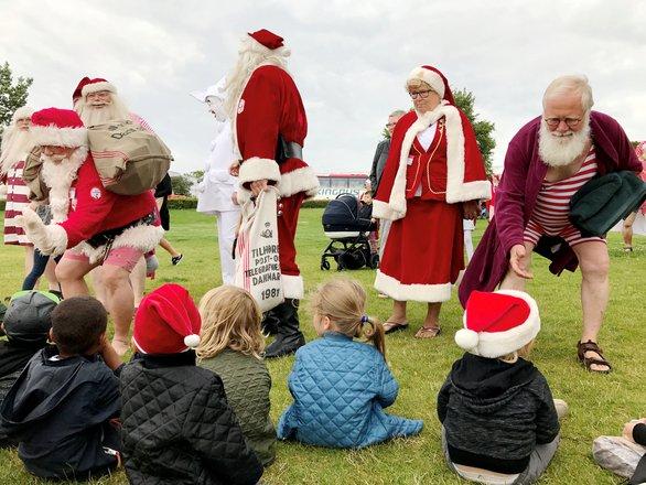 150 ông già Noel quậy tưng ở Đan Mạch giữa mùa hè - Ảnh 6.