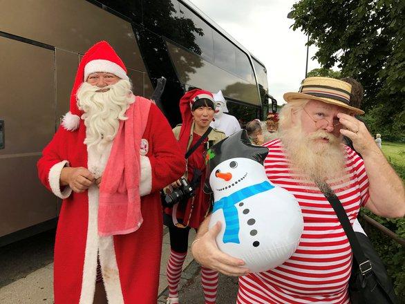 150 ông già Noel quậy tưng ở Đan Mạch giữa mùa hè - Ảnh 7.