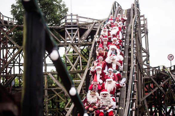 150 ông già Noel quậy tưng ở Đan Mạch giữa mùa hè - Ảnh 10.
