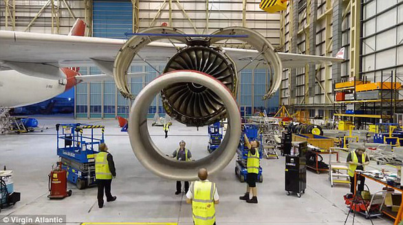 Clip động cơ Roll-Royce được lắp vào cánh máy bay ngoạn mục - Ảnh 4.
