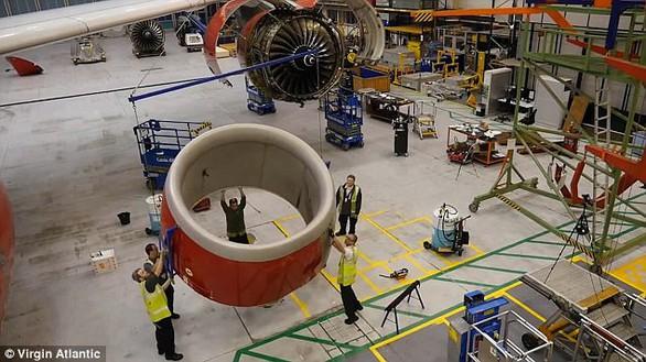 Clip động cơ Roll-Royce được lắp vào cánh máy bay ngoạn mục - Ảnh 6.
