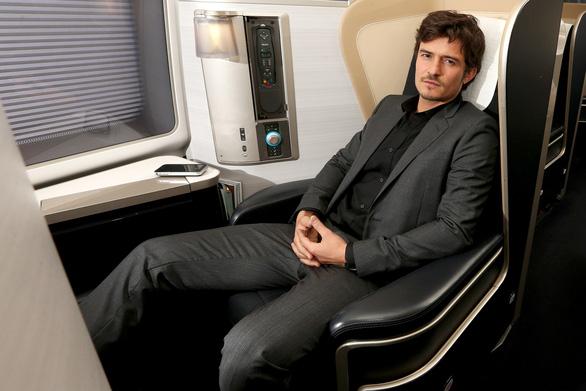 British Airways mời sao Hollywood hướng dẫn an toàn bay cho khách - Ảnh 4.