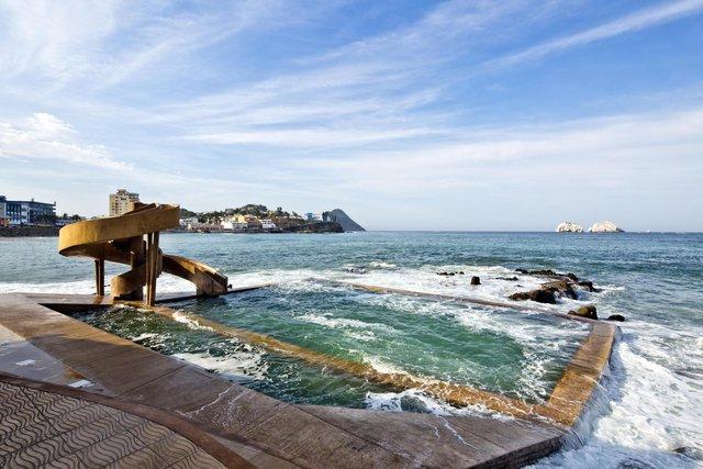 Trải nghiệm hồ bơi 100 năm tuổi  nằm trong biển - Ảnh 1.
