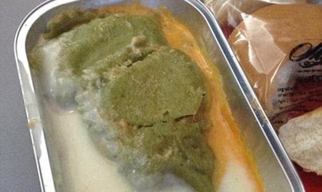 Có bao giờ bạn gặp những món ăn khó nuốt trên máy bay? - Ảnh 1.