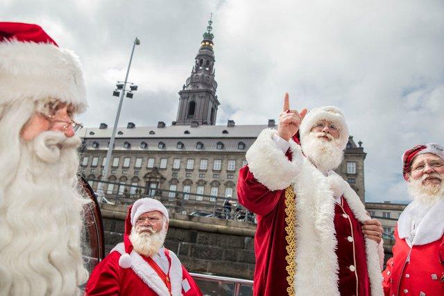 150 ông già Noel quậy tưng ở Đan Mạch giữa mùa hè - Ảnh 5.