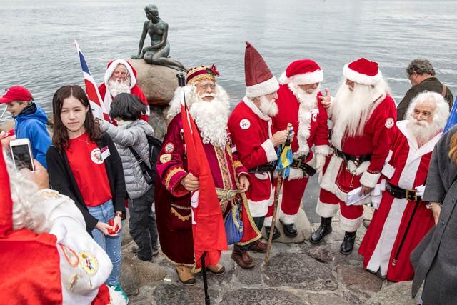 150 ông già Noel quậy tưng ở Đan Mạch giữa mùa hè - Ảnh 4.