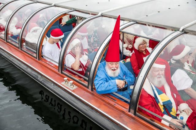 150 ông già Noel quậy tưng ở Đan Mạch giữa mùa hè - Ảnh 1.