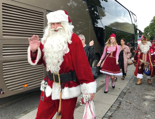 150 ông già Noel quậy tưng ở Đan Mạch giữa mùa hè - Ảnh 8.