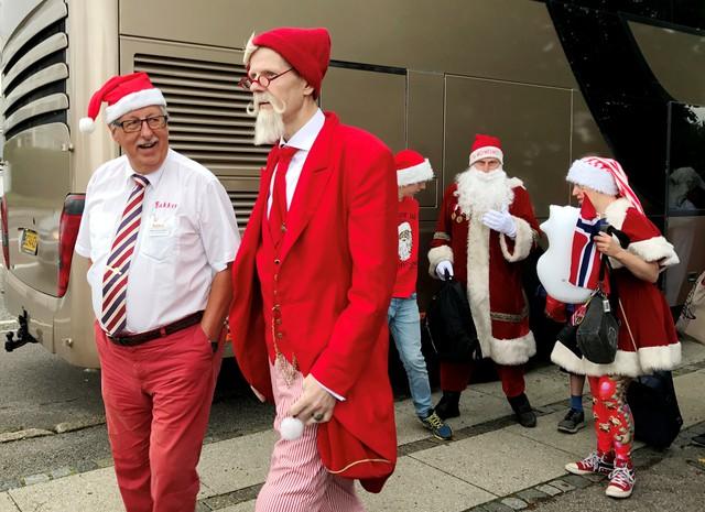 150 ông già Noel quậy tưng ở Đan Mạch giữa mùa hè - Ảnh 9.