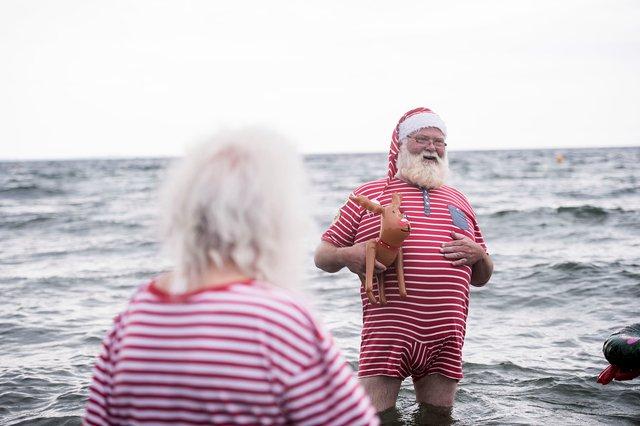 150 ông già Noel quậy tưng ở Đan Mạch giữa mùa hè - Ảnh 3.