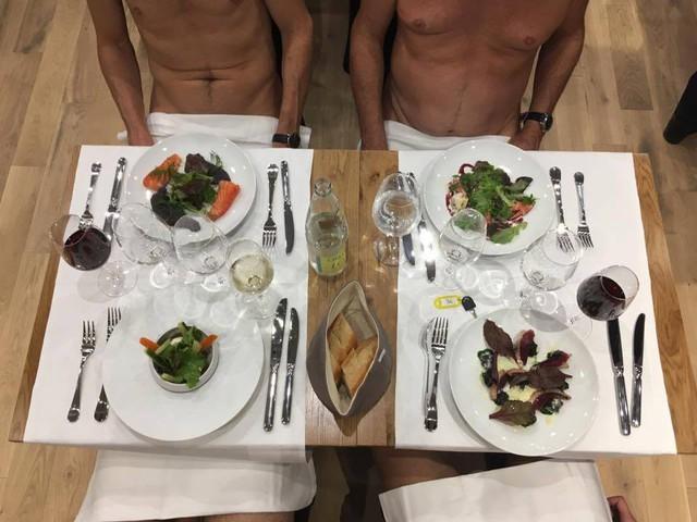 Đi Pháp ăn ở nhà hàng khỏa thân - Ảnh 1.