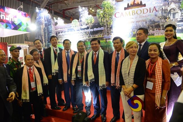 Hàng ngàn người dự khai mạc Hội chợ Du lịch quốc tế, tìm hiểu khuyến mãi - Ảnh 1.