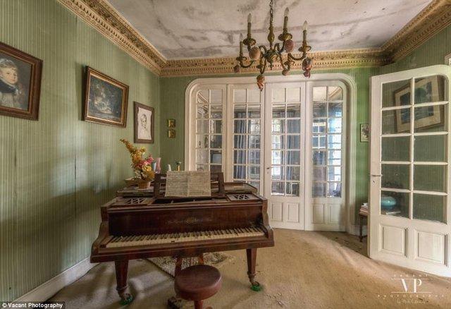 Tham quan căn nhà bị bỏ hoang 20 năm ở Pháp giá 3 tỉ đồng - Ảnh 1.