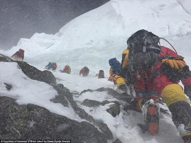 Người phụ nữ 52 tuổi đạt kỷ lục leo 7 đỉnh núi cao nhất thế giới - Ảnh 1.
