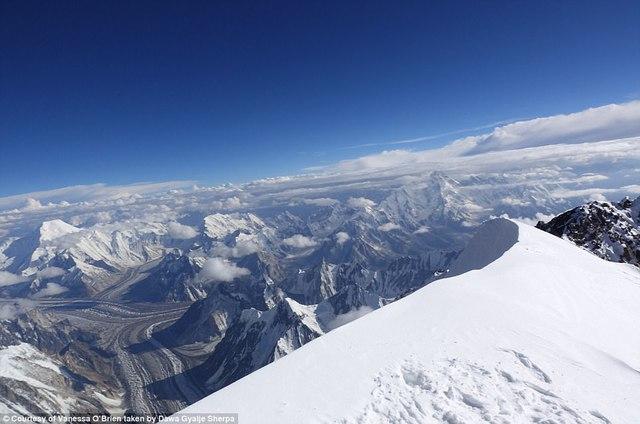 Người phụ nữ 52 tuổi đạt kỷ lục leo 7 đỉnh núi cao nhất thế giới - Ảnh 2.