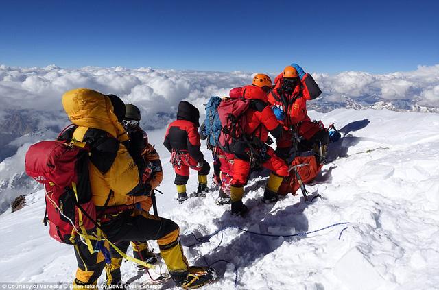 Người phụ nữ 52 tuổi đạt kỷ lục leo 7 đỉnh núi cao nhất thế giới - Ảnh 3.