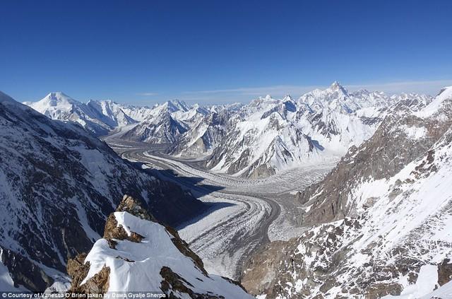 Người phụ nữ 52 tuổi đạt kỷ lục leo 7 đỉnh núi cao nhất thế giới - Ảnh 4.