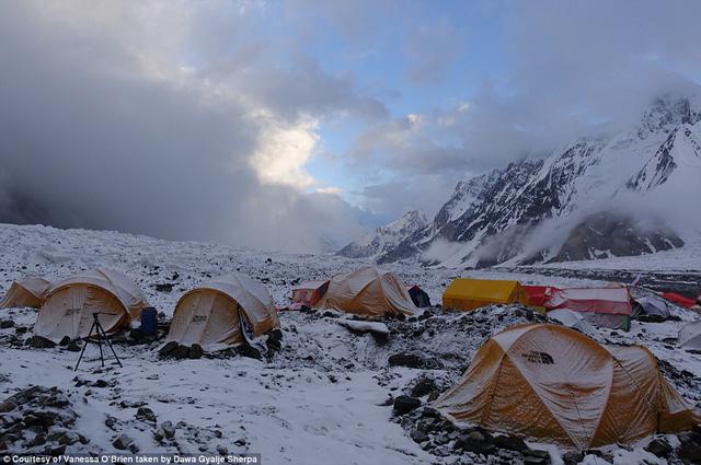 Người phụ nữ 52 tuổi đạt kỷ lục leo 7 đỉnh núi cao nhất thế giới - Ảnh 5.