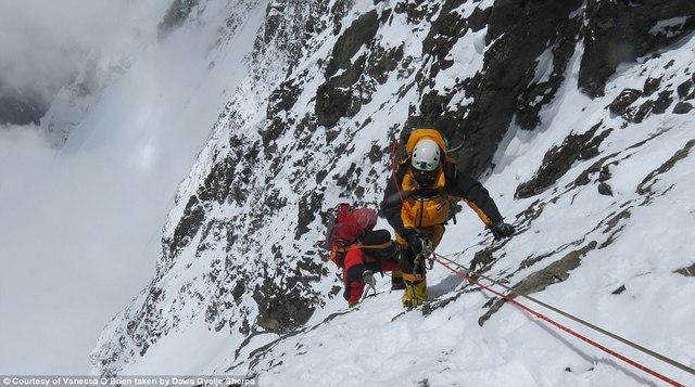 Người phụ nữ 52 tuổi đạt kỷ lục leo 7 đỉnh núi cao nhất thế giới - Ảnh 6.