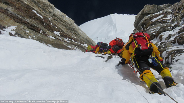 Người phụ nữ 52 tuổi đạt kỷ lục leo 7 đỉnh núi cao nhất thế giới - Ảnh 7.