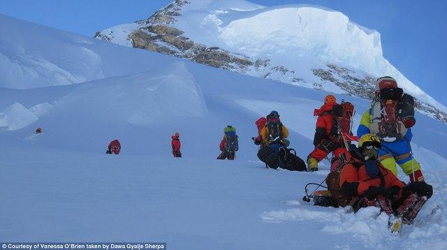 Người phụ nữ 52 tuổi đạt kỷ lục leo 7 đỉnh núi cao nhất thế giới - Ảnh 8.
