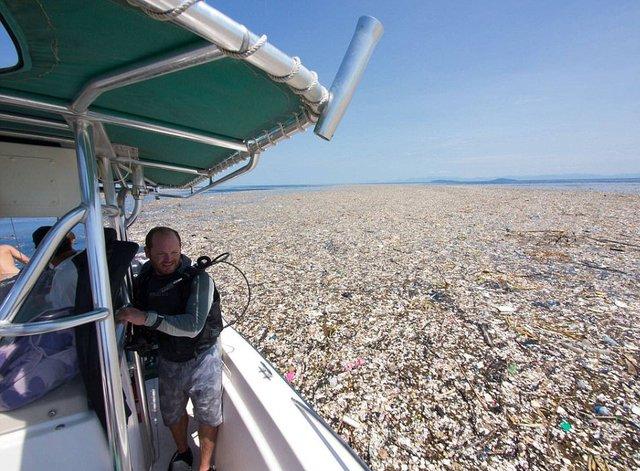 Rác thải làm ô nhiễm biển ở đảo du lịch nổi tiếng - Ảnh 1.
