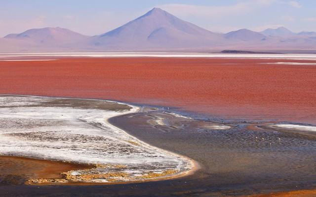 6. Cánh đồng muối lớn nhất thế giới Salar de Uyuni (Bolivia) - nằm tại độ cao hơn 3.600m trên mực nước biển - được hình thành từ hồ nước mặn khổng lồ Minchin cách đây khoảng 40.000 năm sau khi hồ này cạn dần.
